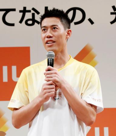 東京パラリンピックの聖火ランナー募集のイベントに参加し、あいさつする錦織圭=27日、東京都内
