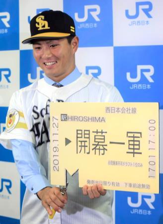 ソフトバンクへの入団に合意し、記者会見でポーズをとるドラフト1位の佐藤直樹外野手=27日、広島市
