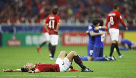 アルヒラルに敗れ倒れ込む浦和・槙野=埼玉スタジアム