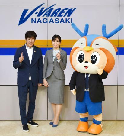 J2長崎の新社長に就任する、高田明社長(左)の長女春奈氏=28日午後、長崎県佐世保市