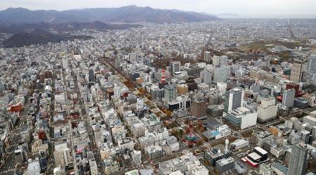 札幌市の中心部。中央は大通公園、右奥は石狩湾