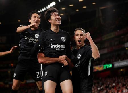 サッカーの欧州リーグ1次リーグ、アーセナル戦でゴールを決め、長谷部誠(左)らと喜ぶアイントラハト・フランクフルトの鎌田大地(中央)=28日、ロンドン(ロイター=共同)