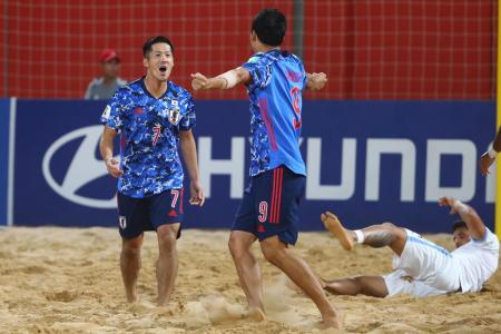 ビーチサッカーW杯準々決勝、ウルグアイ戦でゴールを決め、喜ぶ日本代表の大場(左)=28日、アスンシオン(ゲッティ=共同)