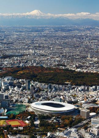 2020年東京五輪・パラリンピックのメインスタジアムとなる新国立競技場。新たな聖地として30日、いよいよ完成を迎える。奥は雪化粧した富士山=29日(共同通信社ヘリから)