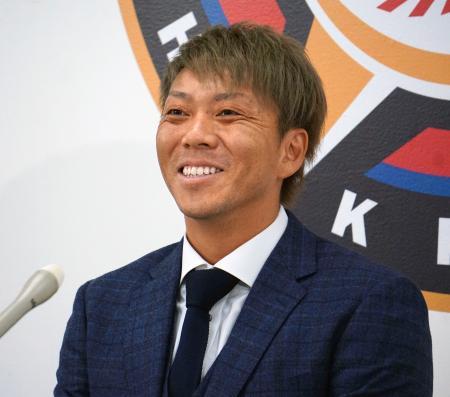 契約更改し、笑顔で記者会見する日本ハムの宮西尚生投手=29日午後、札幌市の球団事務所