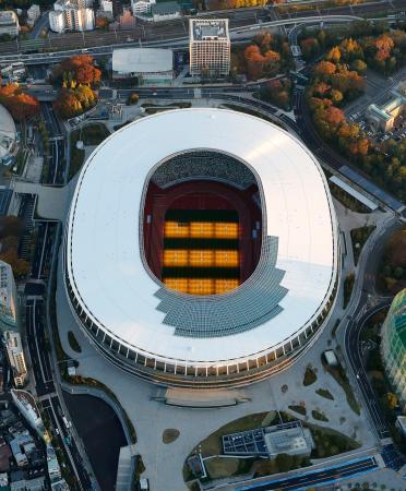 完成の日を迎えた新国立競技場。2020年東京五輪・パラリンピックのメインスタジアムとなる=30日午前6時56分(共同通信社ヘリから)