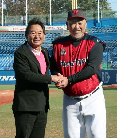 イベントのトークショー後に東尾修さん(左)と写真撮影に応じる清原和博さん=30日、神宮