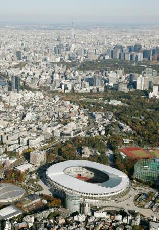 2020年東京五輪・パラリンピックのメインスタジアムとして完成した新国立競技場。日本のスポーツの「聖地」として3代目となる。奥中央に見えるのは東京スカイツリー=30日午後(共同通信社ヘリから)