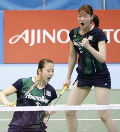 女子ダブルス準決勝で高橋礼、松友組からポイントを奪いガッツポーズする永原(左)、松本組=駒沢体育館