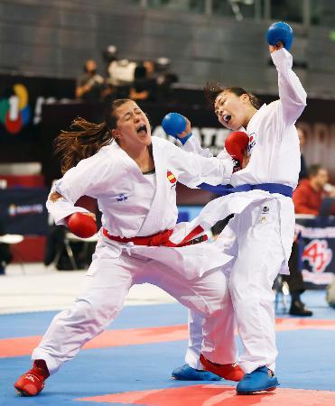 組手女子68キロ超級2回戦 スペイン選手(左)に攻められる植草歩=マドリード(共同)