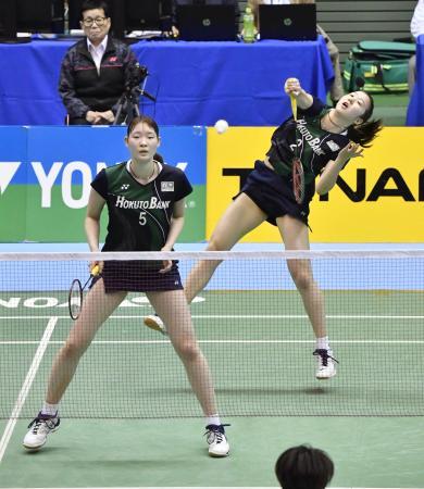 女子ダブルスで優勝した永原(右)、松本組=駒沢体育館