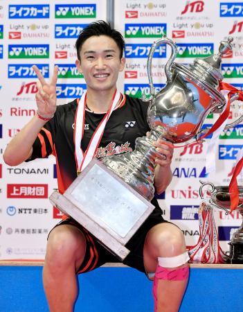 男子シングルスで優勝し笑顔の桃田賢斗=駒沢体育館