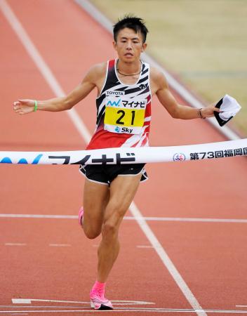 日本人最高となる2時間9分36秒の2位でゴールする藤本拓=平和台陸上競技場