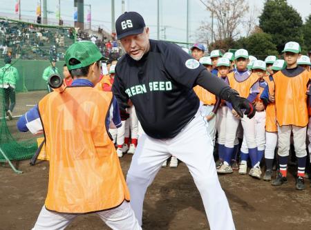 小学生向けの野球教室で打撃を指導する清原和博さん=1日、東京都八王子市