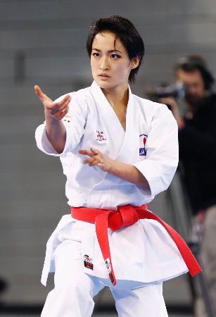 形女子決勝でサンドラ・サンチェスに敗れ2位となった清水希容の演武=マドリード(共同)