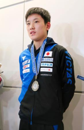 卓球の男子W杯を終えて帰国し、取材に応じる張本智和=2日、成田空港