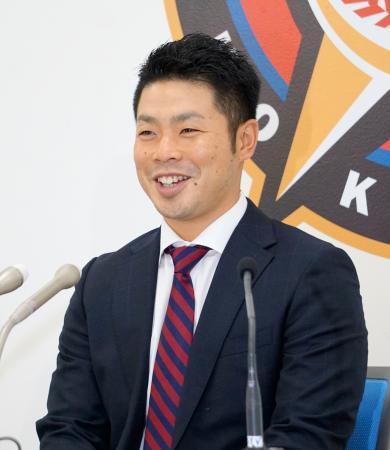 契約更改を終え、笑顔で記者会見する日本ハム・近藤=3日、札幌市内の球団事務所