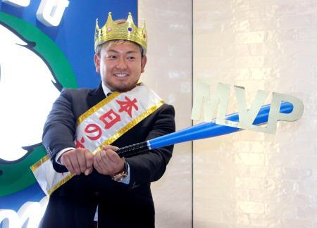 契約更改交渉を終え、ポーズをとる西武・森=4日、埼玉県所沢市の球団事務所
