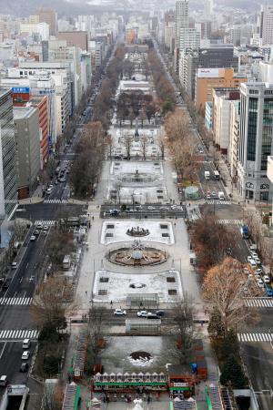 札幌市中心部の大通公園=3日