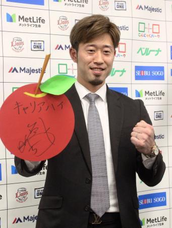 契約更改交渉を終え、ポーズをとる西武の外崎=5日、埼玉県所沢市の球団事務所