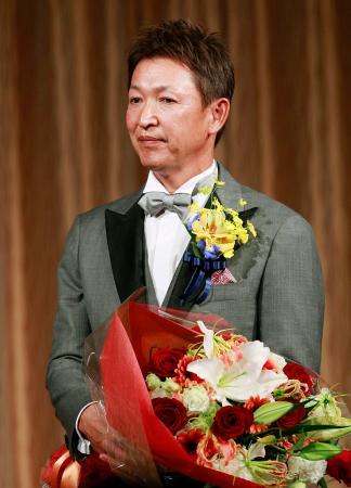 野球殿堂入りを祝う会で花束を手にする立浪和義氏=5日、名古屋市