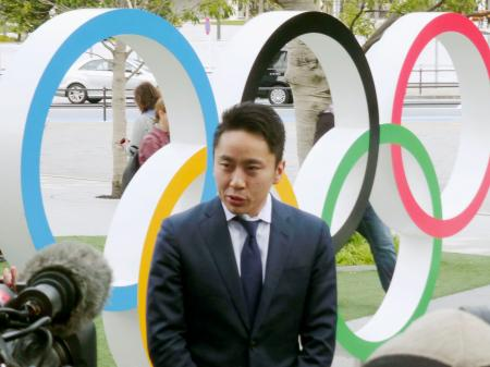 IOC選手委員選挙に立候補し、取材に応じるフェンシングの五輪銀メダリストで日本協会会長の太田雄貴氏=6日午前、東京都新宿区