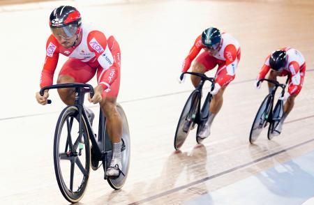 男子チームスプリント決勝 42秒790の日本新記録で優勝した(左から)雨谷一樹、新田祐大、深谷知広=ケンブリッジ(共同)