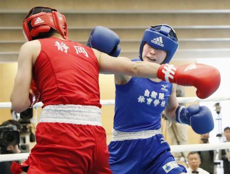 フライ級で河野沙捺(手前)に勝ち、東京五輪予選の出場権を獲得した並木月海=東洋大総合スポーツセンター
