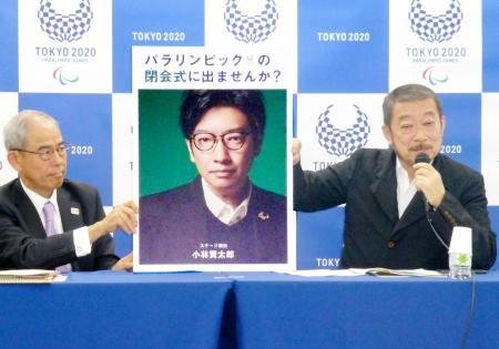 パラリンピック開閉会式の出演者公募について記者会見するクリエーティブディレクターの佐々木宏さん(右)=9日午前、東京都中央区