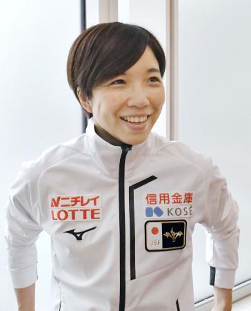 スピードスケートW杯第3戦から帰国し、取材に応じる小平奈緒=9日、羽田空港