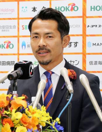 引退記者会見で、現役生活を振り返るサッカー元日本代表、J3長野の明神智和=9日、長野市