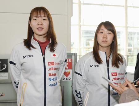 中国・広州への出発を前に取材に応じる永原(右)、松本組=9日、羽田空港