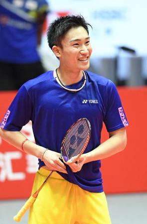 試合会場で練習し、笑顔を見せる桃田賢斗=広州(共同)