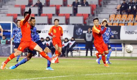 日本―中国 前半、先制ゴールを決める鈴木(手前左から2人目)=釜山(共同)