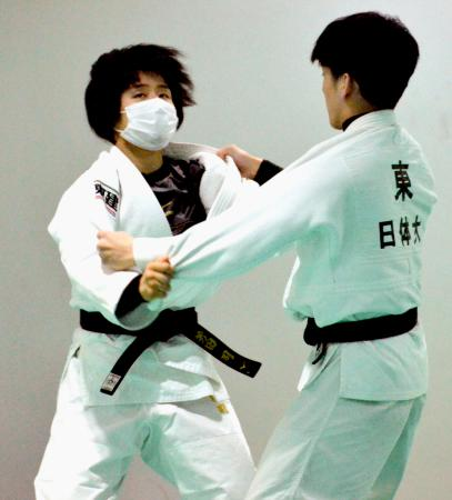 マスターズ大会に向け調整する柔道女子57キロ級の芳田司(左)=中国・青島(共同)
