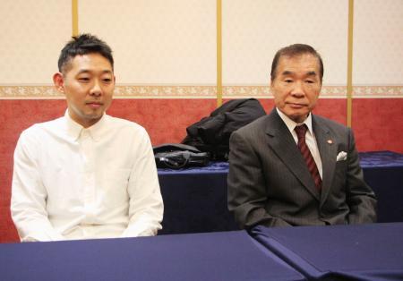 記者会見する東日本ボクシング協会の花形進会長(右)と協栄ジムの内田洋二トレーナー=11日、東京都文京区
