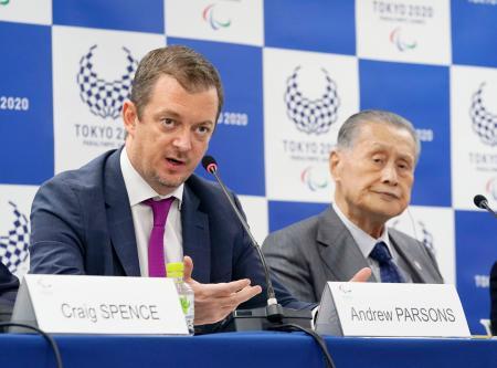 2日間の協議を終え、記者会見するIPCのパーソンズ会長(左)と大会組織委の森喜朗会長=12日午後、東京都中央区