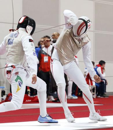 男子フルーレ個人 予選でブラジル選手と対戦する西藤俊哉(右)。決勝トーナメントに進んだ=幕張メッセ