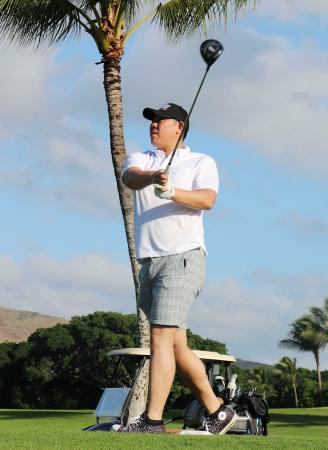 優勝旅行先の米ハワイでゴルフを楽しむ巨人の山口俊投手=13日(共同)