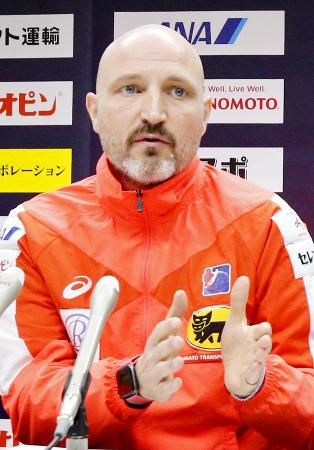 記者会見し、世界選手権で10位だった結果を総括するハンドボール女子日本代表のキルケリー監督=14日、熊本市内のホテル