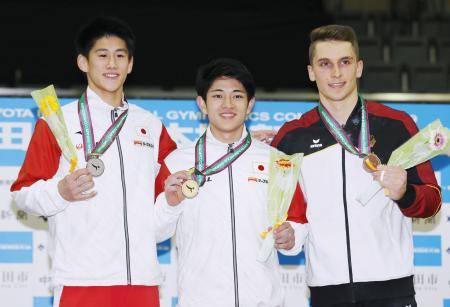 男子床運動で優勝し、メダルを手に笑顔の谷川翔(中央)と2位の橋本大輝(左)=豊田市総合体育館