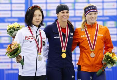 女子1000メートルで2位となり、表彰式で笑顔の高木美帆(左)=エムウエーブ