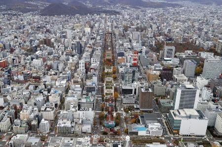 札幌市中心部の大通公園(中央)=11月