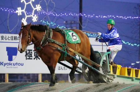 地方競馬では史上最年長となる38歳でデビューした「ばんえい競馬」の林康文騎手=15日、北海道帯広市の帯広競馬場