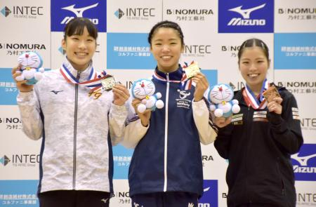 トランポリン国際ジャパンオープンの女子で優勝した宇山芽紅(中央)=川崎市