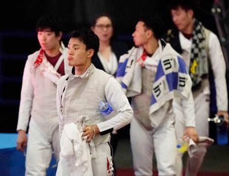 男子フルーレ団体順位決定戦で香港に敗れた日本の松山(手前)、敷根(左)ら日本チーム=幕張メッセ