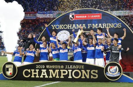7日、J1で15年ぶりに優勝し、喜ぶ横浜Mイレブン=日産スタジアム
