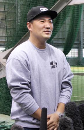 仙台市の古巣、プロ野球楽天の球団事務所を訪れ、取材に応じる米大リーグのヤンキースの田中=16日