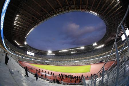 完成後初めて報道公開され、照明がともされた国立競技場=15日(魚眼レンズ使用)