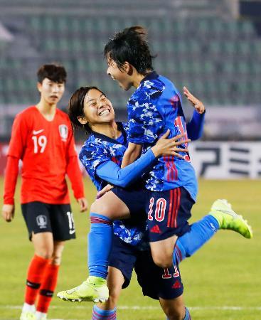 日本―韓国 後半、決勝のPKを決め、跳び上がって喜ぶ籾木(10)=釜山(共同)